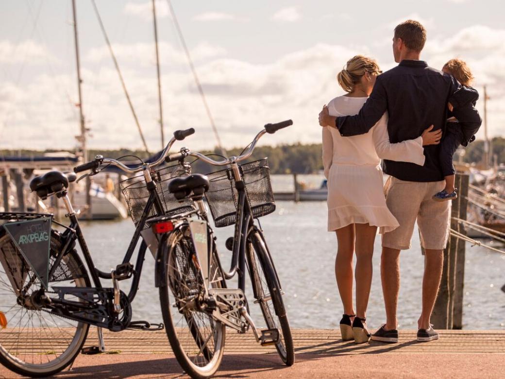 Familj med cyklar vid MSF gästhamn i Mariehamn.