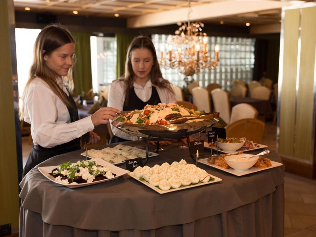 Serveringspersonal dukar upp vid Hotell Arkipelag.